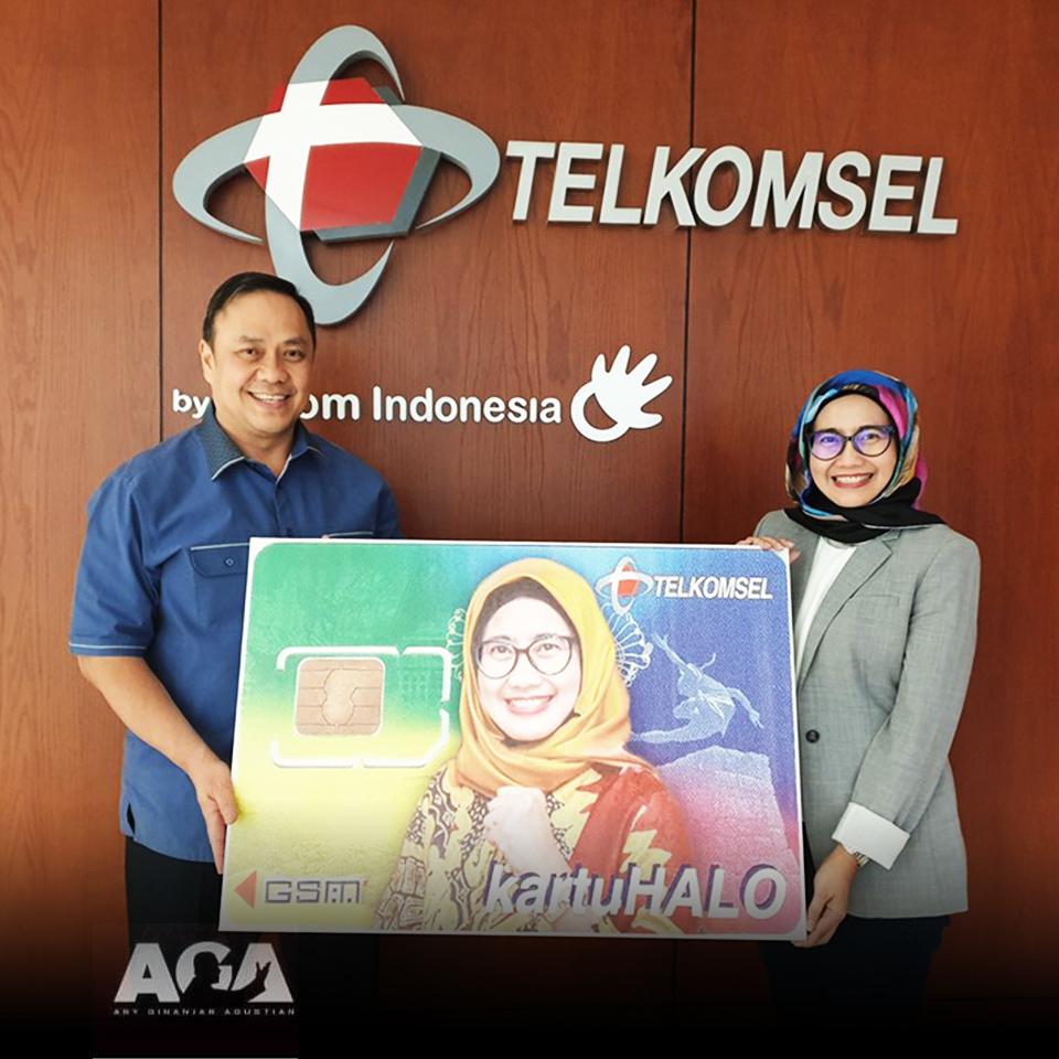 Ary Ginanjar Bersama Presiden Direktur Telkomsel Ibu Emma